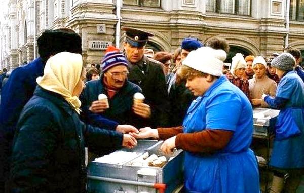 Яким було і скільки коштувало радянське морозиво: Дорогі сорти морозива йшли вже в паперовій упаковці, а було ще й велике морозиво «Сімейний» в квадратній картонній коробці, або
