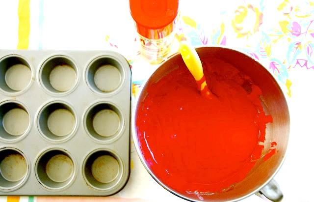 Капкейкі в банку або десерт запас: Приготування: 1. Готуємо тісто: збиваємо яйця з цукром, додаємо масло, борошно, розпушувач, ваніль, харчовий барвник. Доводимо суміш