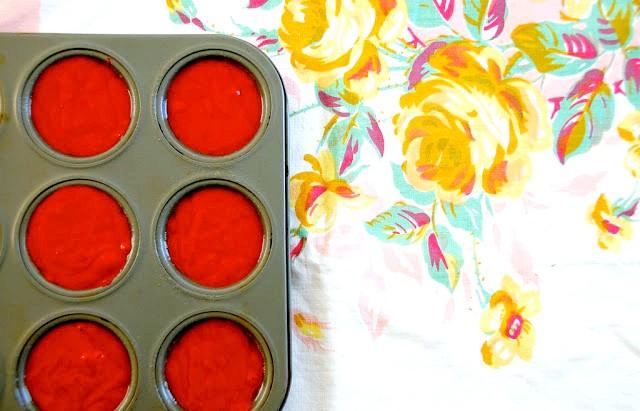 Капкейкі в банку або десерт запас: 2. Розливаємо тісто. Воно повинно займати 2/3 формочки.