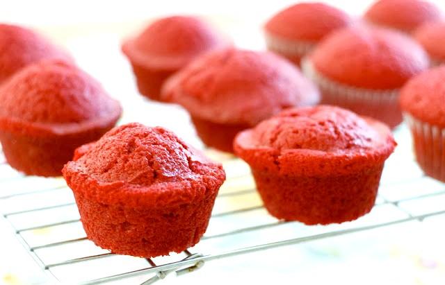 Капкейкі в банку або десерт запас: 3. Розігріваємо духовку до 180 градусів і запікаємо капкейкі 20 хвилин. Дістаємо капкейкі з форми і охолоджуємо.