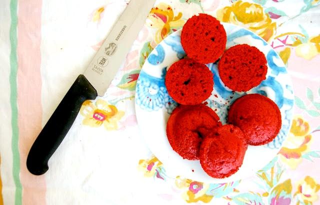 Капкейкі в банку або десерт запас: 4. Коли капкейкі охолонуть, розрізаємо їх навпіл.