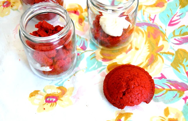 Капкейкі в банку або десерт запас: 7. Кришимо верх відрізаного капкейк і кладемо шматочки поверх крему.