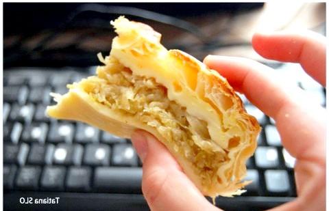 Капустяний пиріг за 30 хв: 3. Капусту викласти у форму (процідіть сік, якщо він є), сформувати пиріг. 4. Змастити пиріг збитим яйцем і відправити