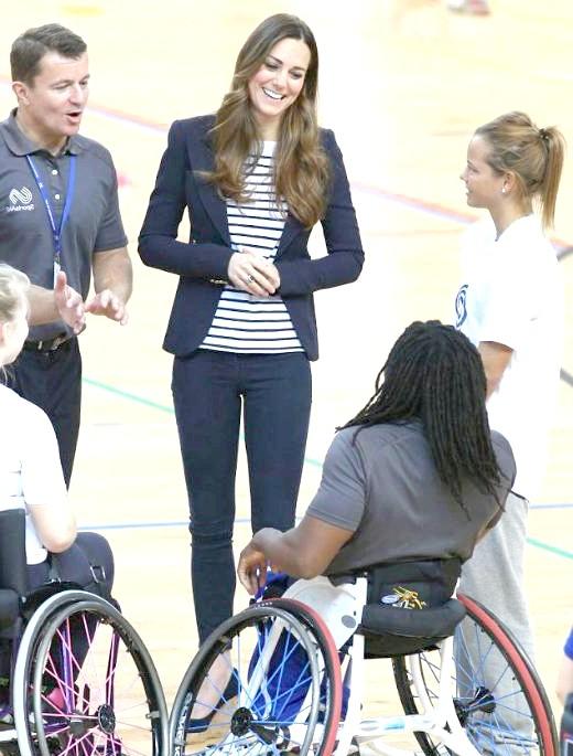 Кейт Міддлтон грала у волейбол без чоловіка: Кейт Міддлтон поспілкувалася зі спортсменами, серед них були люди з обмеженими можливостями. І спробувала [i] зіграти у волейбол [/ i], незважаючи на туфлі