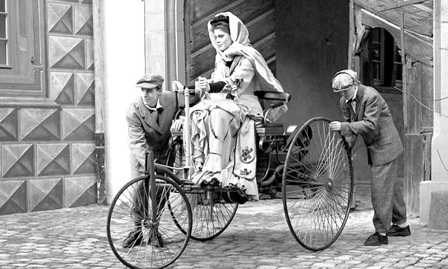 Коли жінкам дозволили сідати за кермо ?: Як виявилося, жінка сіла за кермо практично в той же час, що і чоловік. Берта Бенц - дружина одного з