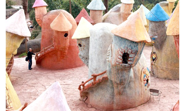 Королівство гномів - оригінальний проект китайської влади: Створення крихітного поселення, походять на село, в деякій мірі вирішило проблему соціальної адаптації, оскільки жителі села карлики, чий зріст не