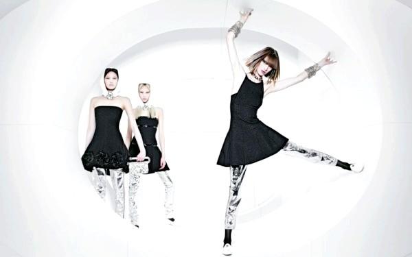 Космічна рекламна кампанія Chanel: При цьому вони займаються в'язанням, вишиванням, ведуть задушевні розмови і по всій видимості зовсім не переймаються про те, коли закінчитися