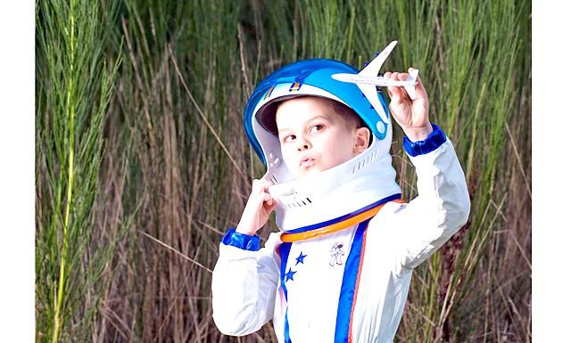 Космофест на ВДНГ: Одягайте наряди по моді шістдесятих, беріть повітряні кульки, малюйте плакати з космічними гаслами і пройдіться галасливим натовпом до ракети Р-7.