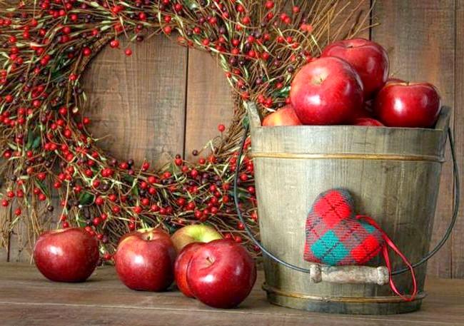 Барви осені - прикрасимо будинок своїми руками: Осінній вінок Часто за кордоном вхідні двері прикрашають вінками не тільки на Різдво, але й у будь-який час року.