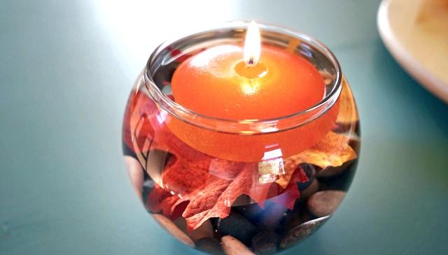 Барви осені - прикрасимо будинок своїми руками: Скляний декор Звичайнісінька скляна банка може стати цікавим свічником, якщо прикрасити її жовтими осіннім листям або ж заповнити
