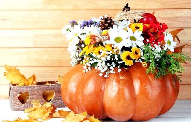Барви осені - прикрасимо будинок своїми руками: Ваза з гарбуза Велика гарбуз теж цілком може стати вазою для квітів. Для цього потрібно відрізати верхівку гарбуза, вийняти