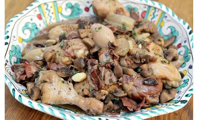 Курка в грибному соусі з цибулею і беконом