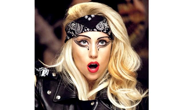 Леді Гага без макіяжу - зовсім інша: У звичайному житті епатажна знаменитість кардинально відрізняється від свого образу - без косметики Леді Гага набагато миліше і жіночні.