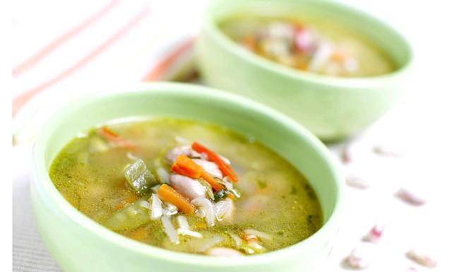 Легкі супи для схуднення: [i] Інгредієнти: [/ i] 1 корінь селери, 1 пучок щавлю, 1 головка ріпчастої цибулі, 4 томата, 0, 5 л овочевого бульйону, 1 столова