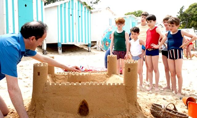 Літні канікули в листопаді: На море хлопчик знайомиться з новими друзями, серед яких вічно плаче Кріспін, Фреді, що з'їдає все на своєму шляху, і Крістофер