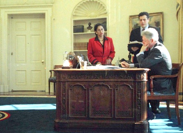 Левінські порушила мовчання: До речі, в 1994 році якась Пола Джонс висунула проти Білла Клінтона звинувачення в сексуальних домаганнях. За її словами, президент наполегливо