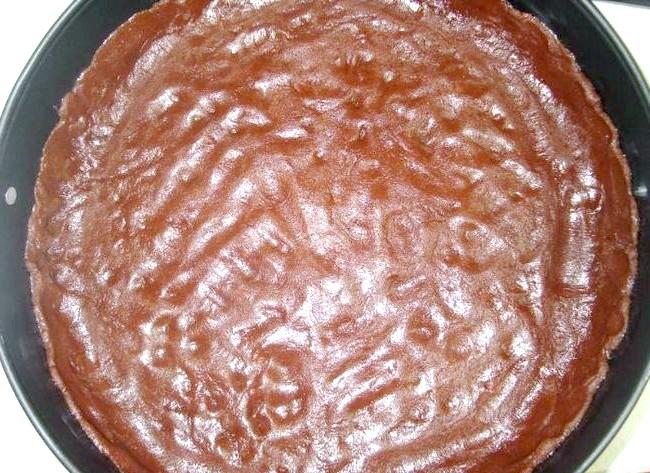 Лимонна ніжність: Викласти тісто в змащену маслом форму (беріть зі знімними бортиками) і зробити високі краї. Прибрати в холод на 10-15 хвилин.