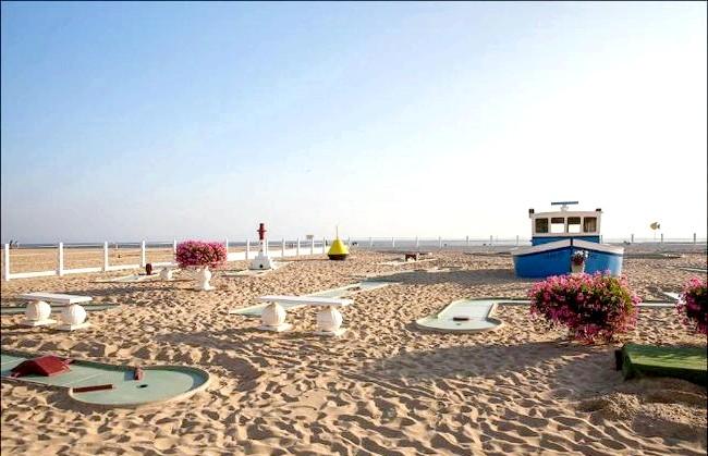 Улюблений пляж світової кінобогеми: Кому нудно просто засмагати, той може пограти в поло або міні-гольф.