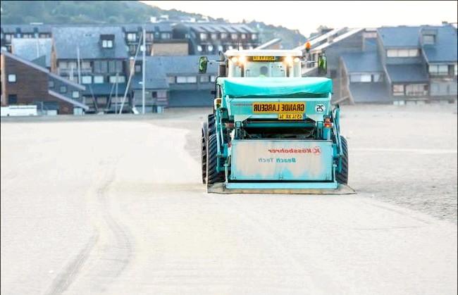 Улюблений пляж світової кінобогеми: До речі, навіть незважаючи на акуратність відвідувачів, щодня, ще до світанку, пляж прибирає спеціальна техніка. Сміттєприбиральна машина як пилосос збирає весь