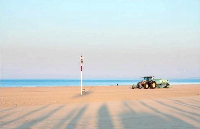 Улюблений пляж світової кінобогеми: Просіювання піску на світанку. До речі, цікаво, що цей пляж раніше не був піщаним. Тут була звична для цих місць щільна