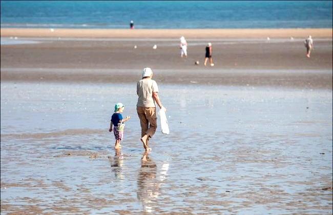 Улюблений пляж світової кінобогеми: І місцеві жителі, і приїжджають гості люблять побродити під час відливу по щільним крихітним дюнах, розглядаючи іноді трапляються морських мешканців,