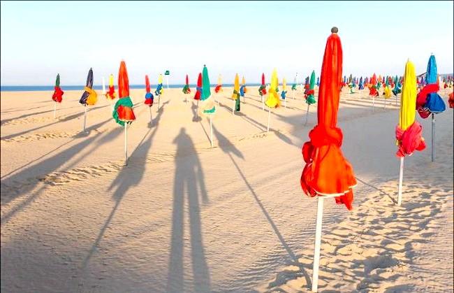 Улюблений пляж світової кінобогеми: Світанкові тіні пляжу Les Planches в Довілі ...