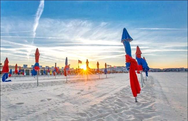 Улюблений пляж світової кінобогеми: Крім персональних будиночків-роздягалень зірок, другий символом довільським пляжу є ось ці різнобарвні парасольки - їх можна бачити на численних листівках,