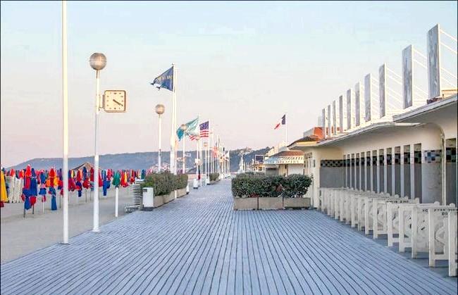 Улюблений пляж світової кінобогеми: Легендарний дерев'яний променад Les Planshes. Саме вздовж нього розташована нескінченна низка іменних кабінок кінозірок в стилі арт-деко, що стали головною визначною пам'яткою