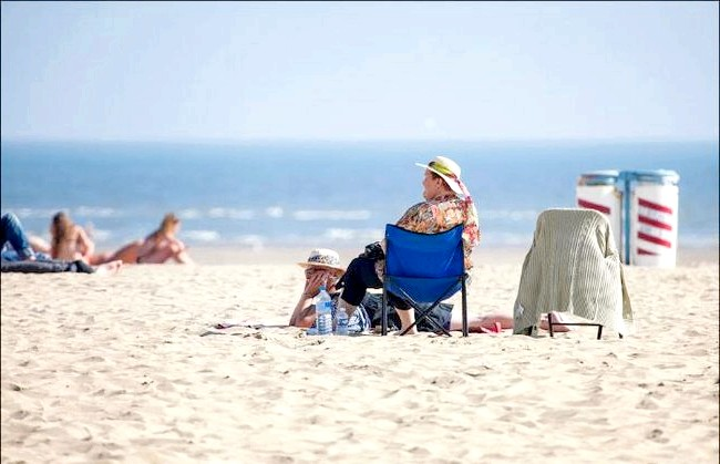 Улюблений пляж світової кінобогеми: вересень, пляж багатіїв і кінозірок. Рідкісні відпочиваючі приймають сонячні ванни.
