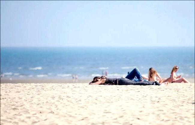 Улюблений пляж світової кінобогеми: Багато хто, як і 100 років тому не обтяжують себе купальниками, загоряючи в одязі ... Правда, одяг з тих пір змінилася на