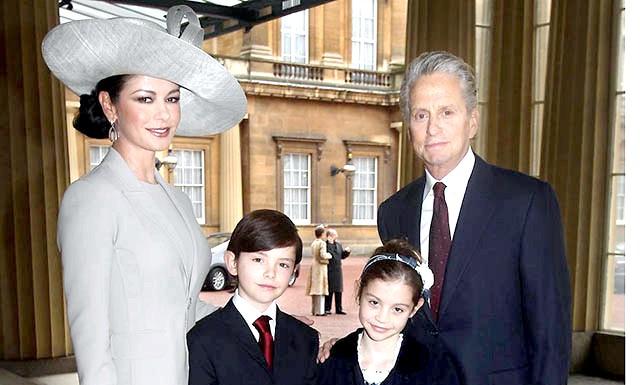 Майкл Дуглас розлучається з Кетрін Зета-Джонс: Поки він лікувався від раку, його дружина часто перебувала в лікарні через маніакально-депресивного психозу. Кетрін Зета-Джонс була в тривалої депресії