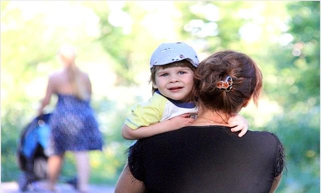 Мама, візьми мене на ручки !: Домовтеся з малюком, що ви пронесете його до синьої машини, а далі він пройде до зупинки. І так постійно придумуйте