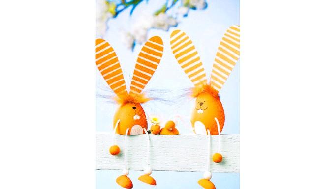 Майструємо разом з дітьми: Давайте разом зробимо кілька іграшок з яєчної шкаралупи. Насамперед, потрібно підготувати основу, для цього проколіть сире яйце з двох