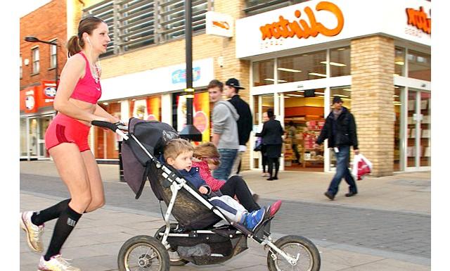 Мати трьох дітей розповіла, як схуднути на 6 розмірів: У своєму невеликому містечку Марсела, яка виходить на пробіжки разом зі своїми малюками майже кожен день, стала свого роду знаменитістю.