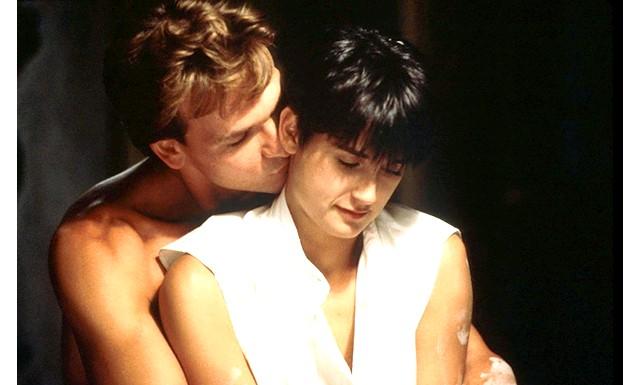 Мелодраму «Привид» чекає рімейк на тв: Нагадаємо, в оригінальній картині 1990 головні ролі виконали Демі Мур, Патрік Суейзі і Вупі Голдберг. Сюжет стрічки будувався навколо