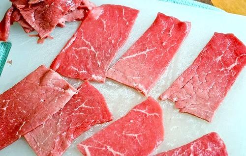 М'ясні рулетики з овочевою начинкою: Пріготовленіе1. Ріжемо м'ясо на тонкі скибочки. Відбиваємо їх калаталом.