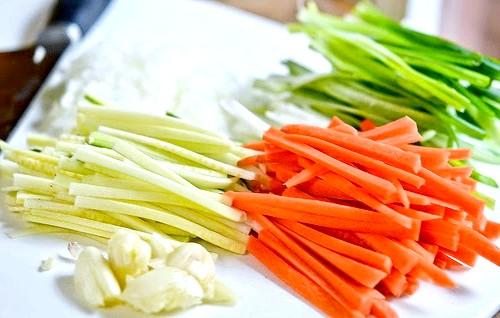 М'ясні рулетики з овочевою начинкою: 3. Тепер готуємо начинку. Ріжемо соломкою інгредієнти.