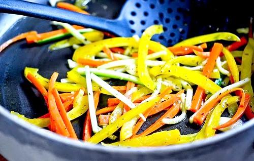 М'ясні рулетики з овочевою начинкою: 4. Готуємо соус. Беремо глибоку сковороду, розтоплюємо в ній вершкове масло, додаємо дрібно нарізану цибулю, смажимо на повільному вогні 2
