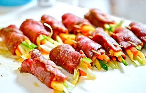 М'ясні рулетики з овочевою начинкою: 6. Дістаємо м'ясо з холодильника. У середину кладемо овочі, скручуємо рулетик, скріплюємо його зубочисткою.