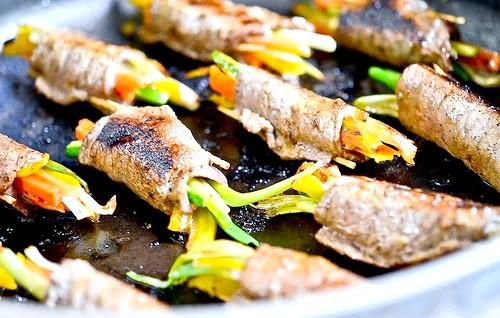 М'ясні рулетики з овочевою начинкою: 7. Розігріваємо сковороду, наливаємо оливкову олію, смажимо рулетики до готовності.8. Дістаємо з них зубочистки, викладаємо на