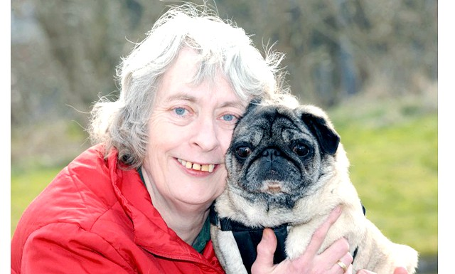 Мопс врятував господиню від раку: У 2011 році шестирічний мопс відплатила господині тією ж монетою. Собака почала постійно тикатись носом у праву грудь жінки. А