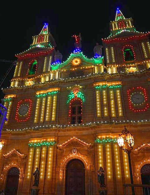 Національна мальтійська Фесту: Готуватися до свята мальтійці починають завчасно, фасад церкви прикрашається різнокольоровими лампочками, а вулиці - статуями святого і прапорами. Заздалегідь заготовлюються