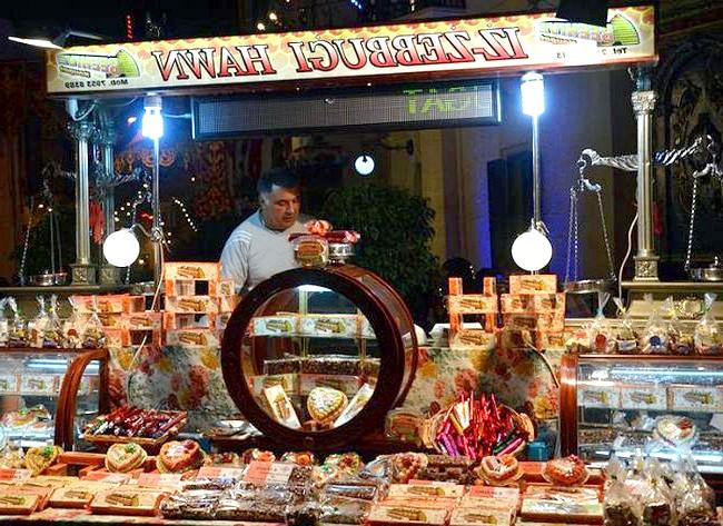 Національна мальтійська Фесту: Головним місцем святкування є церковна площа, куди ввечері сходяться всі місцеві жителі і туристи і у величезній кількості поїдають традиційні