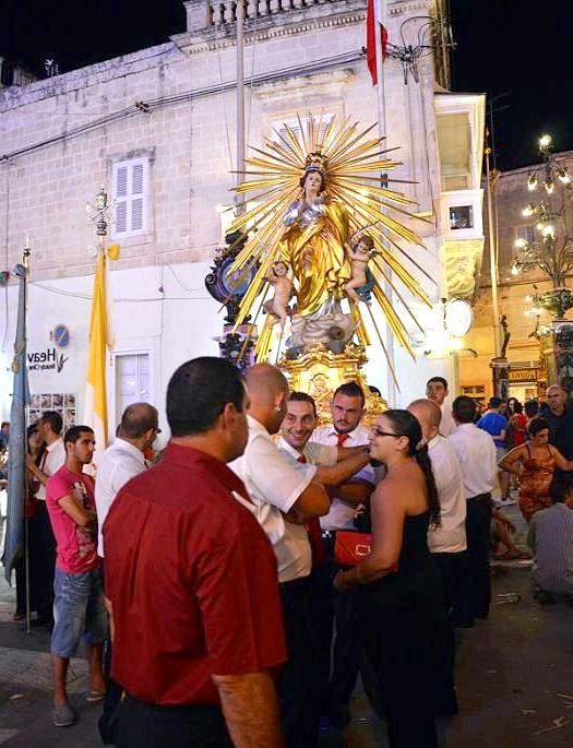 Національна мальтійська Фесту: На площі виступають місцеві артисти, грає оркестр. Приблизно о 11 годині вечора можна побачити перші залпи великого феєрверку. Однак кульмінацією