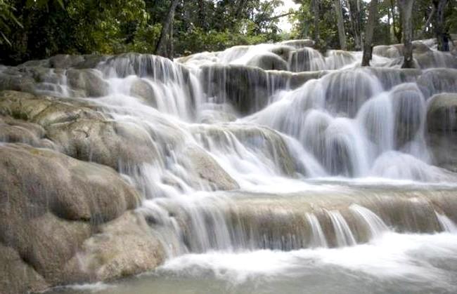 Незвичайні карибські курорти: Водоспади біля міста Очо-Ріос на річці Данс.