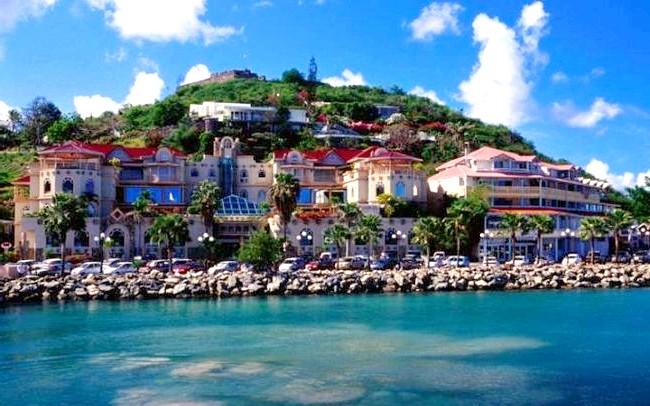 Незвичайні карибські курорти: Сен-Мартен4-зведочний курорт має прозорий басейн. Однак це ще не всі чудеса. Справа в тому, що острів