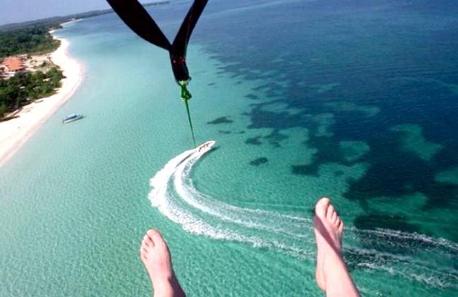 Незвичайні карибські курорти: В Негріле можна зайнятися парасейлінгом.