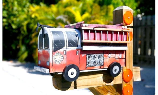 Незвичайні поштові скриньки в маленькому американському містечку: Жителі маленького каліфорнійського містечка влаштували негласне змагання - чий ящик для кореспонденції виглядає оригінальніше. У хід пішла не тільки фарба,