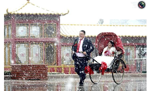 Незвичайні весільні фотосесії: Наречений катає свою дружину в Вейхай, Китай