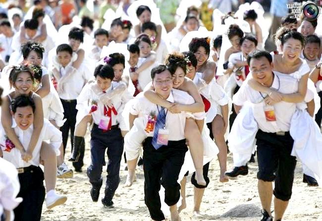 Незвичайні весільні фотосесії: Молодята беруть участь в міні-марафоні в Саньє, Китай